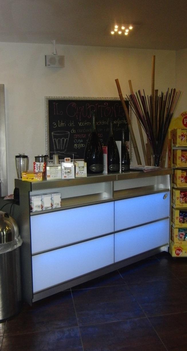 Foto del banco del Crazy Cafè Restaurant a Bernareggio (Monza Brianza) con illuminazione a led celeste