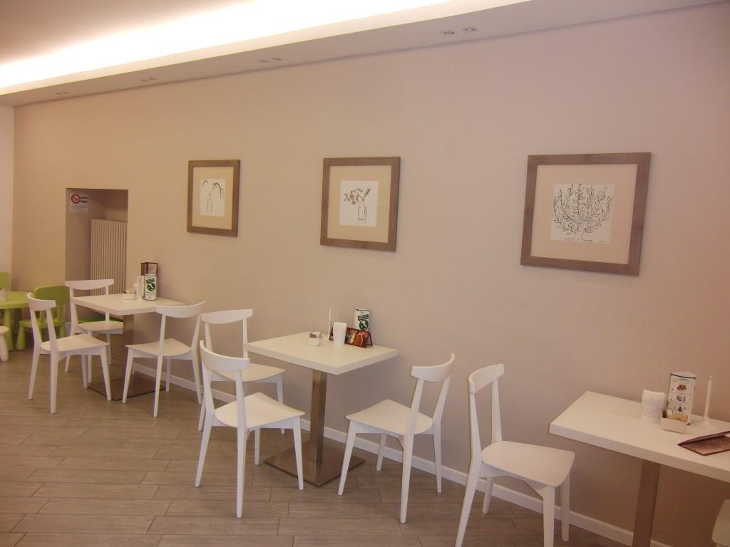 """Foto degli interni del Bar Tavola Fredda """"CACAO"""" a Bergamo con dettaglio sui tavoli e sedie"""