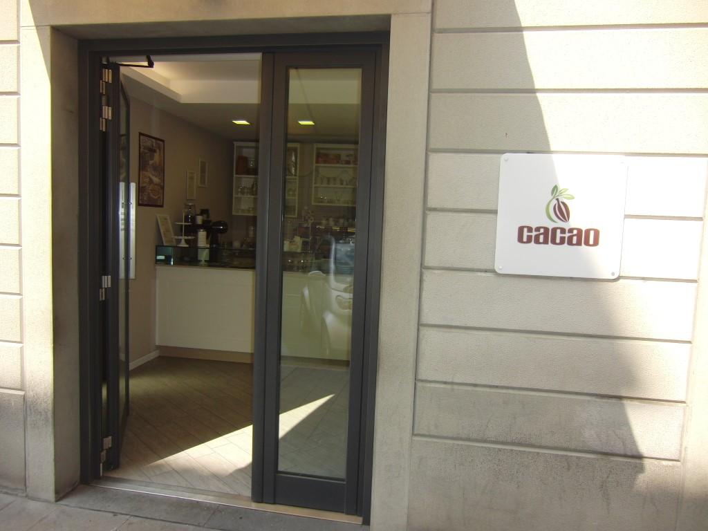 """Foto del nuovo ingresso del Bar Tavola Fredda """"CACAO"""" a Bergamo, con logo in evidenza"""