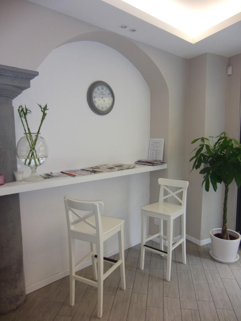 """Foto di una parete rinnovata ed imbiancata con orologio appeso, presso il Bar Tavola Fredda """"CACAO"""" a Bergamo"""