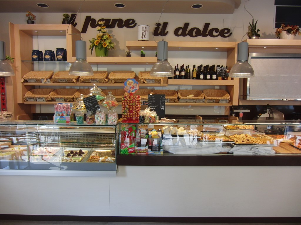 """Angolo bar e vista sulle mensole interamente rinnovate presso il Panificio Bar """"Panpasticci Cafè"""" a Dalmine, Bergamo"""