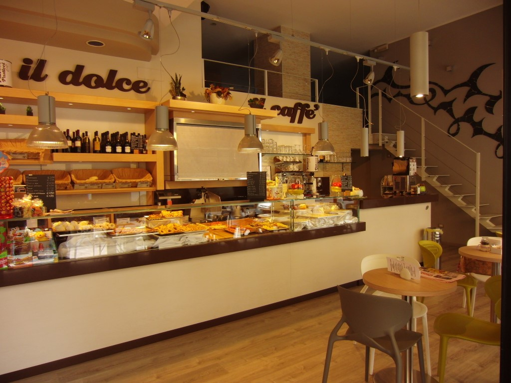 """Vista sul bancone dei dolci e arredamento interno del Panificio Bar """"Panpasticci Cafè"""" a Dalmine, Bergamo"""