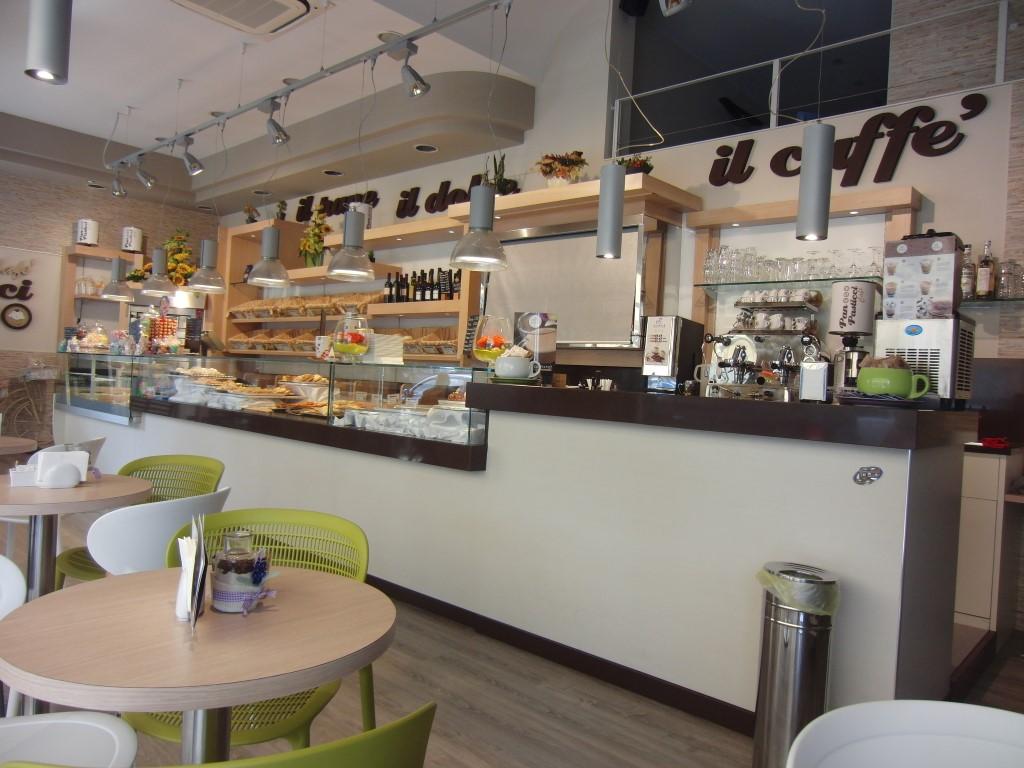 """Foto del bancone centrale con arredo completamente rinnovato presso il Panificio Bar """"Panpasticci Cafè"""" a Dalmine, Bergamo"""