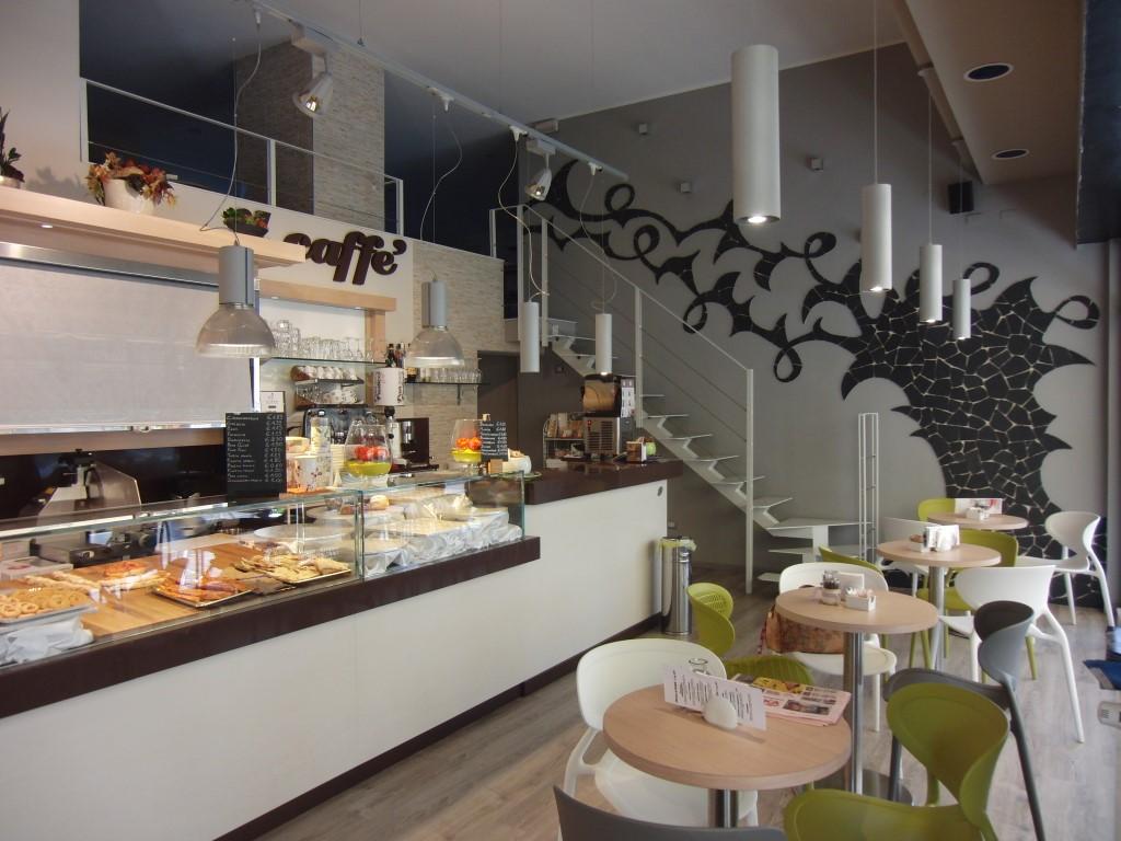 """Foto dell'angolo bar con vista della parete rinnovata e dei tavolini e sedie installati presso il Panificio Bar """"Panpasticci Cafè"""" a Dalmine, Bergamo"""