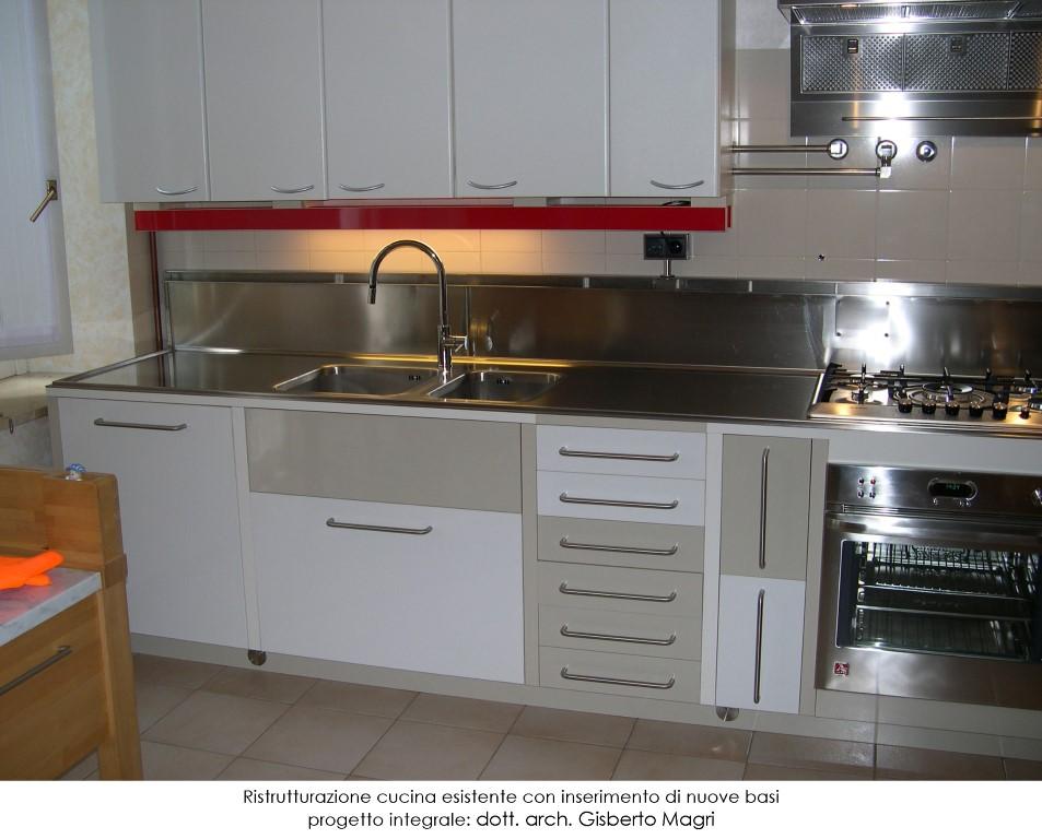 Foto della vista frontale di una cucina interamente ristrutturata ex novo