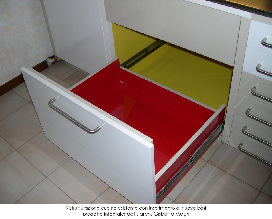 Foto con dettaglio su nuovi cassetti colorati per la ristrutturazione di una cucina esistente