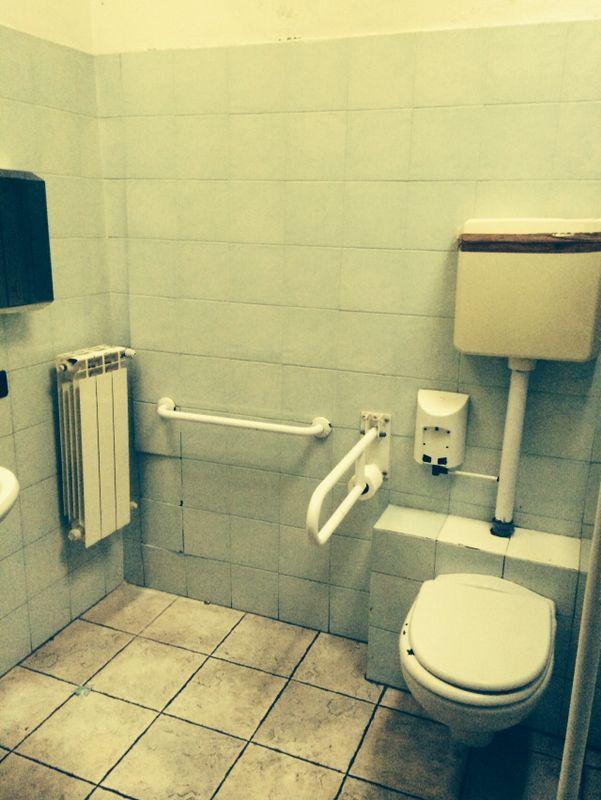 """Foto del bagno del Bar Tavola Fredda """"CACAO"""" a Bergamo prima del restyling"""