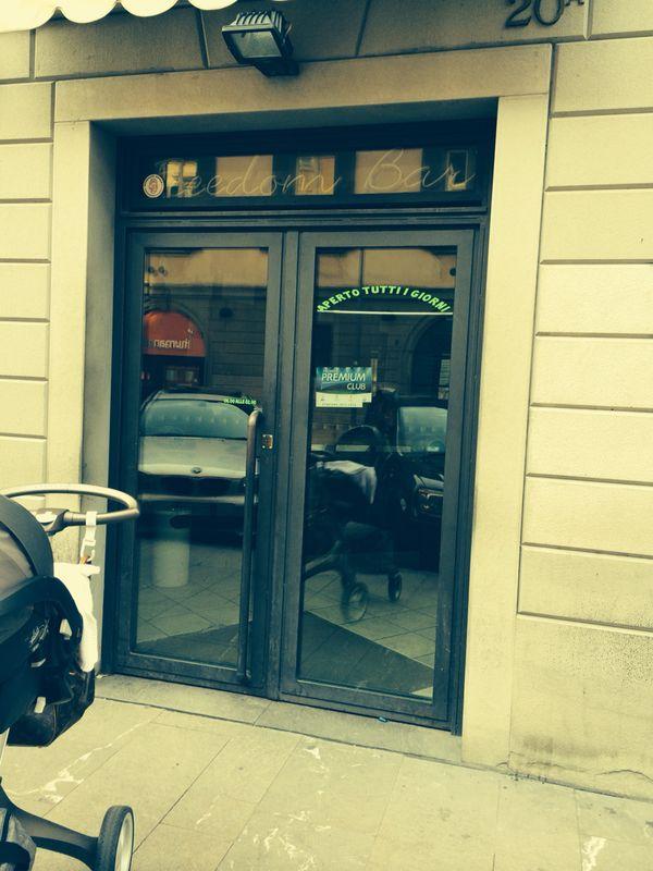 """Foto dell'ingresso del Bar Tavola Fredda """"CACAO"""" a Bergamo prima della ristrutturazione"""