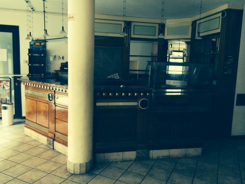 """Foto del banco bar scattata prima della ristrutturazione del Bar Tavola Fredda """"CACAO"""" a Bergamo"""