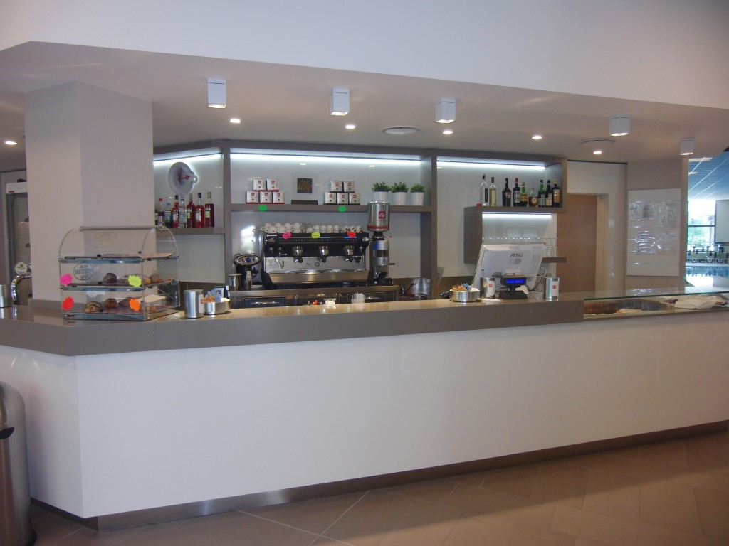 Angolo caffetteria con bancone presso le Piscine Comunali di Gorgonzola