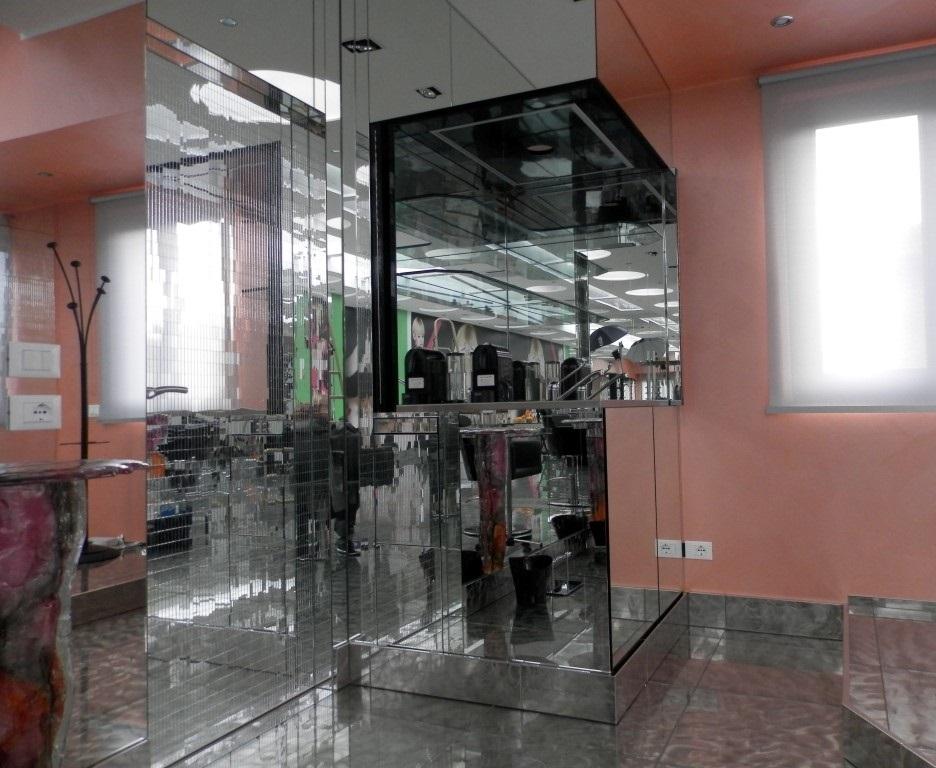 Mobile a scomparsa con ante aperte ideato per lo show room di Karaja Make Up a Mozzo, Bergamo