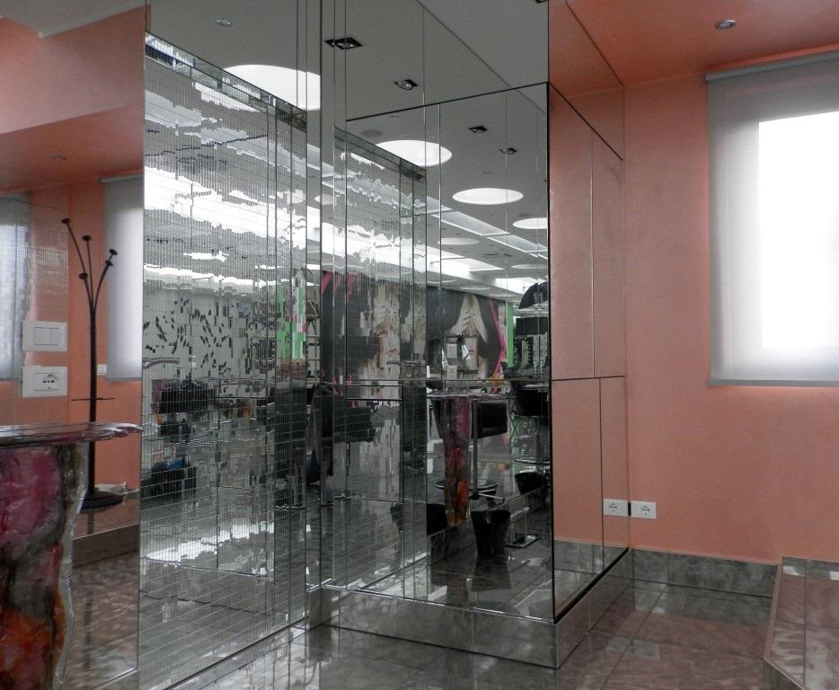 Mobile bar a scomparsa con ante chiuse creato per lo show room di Karaja Make Up a Mozzo, Bergamo
