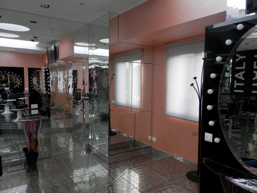 Foto di un mobile bar a scomparsa realizzato da Fab Arredamenti per lo show room di Karaja Make Up a Mozzo, Bergamo