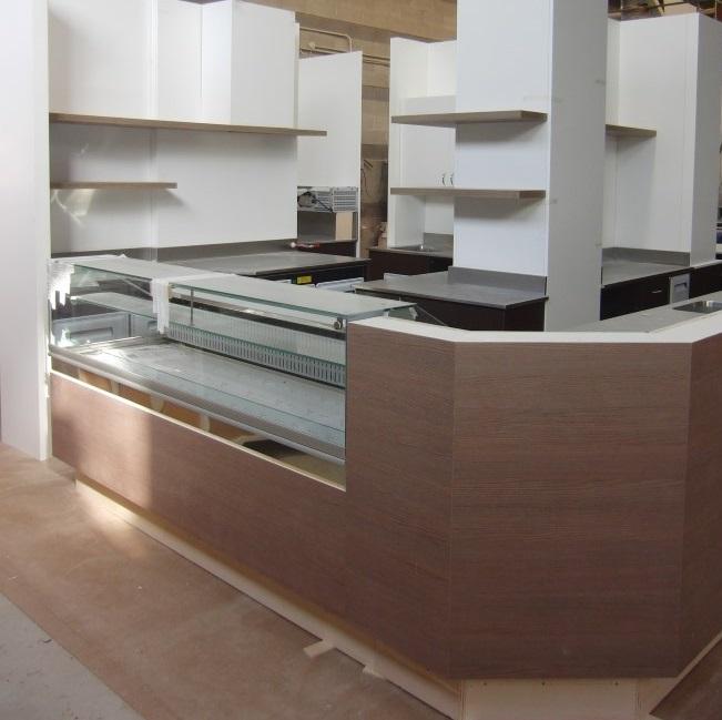Foto del bancone centrale appena ristrutturato ed assemblato presso il Bar Tabacchi Barranca a Milano