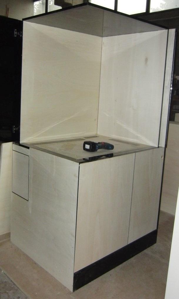 Foto di mobile bar a scomparsa in fase di realizzazione presso i laboratori di Fab Arredamenti