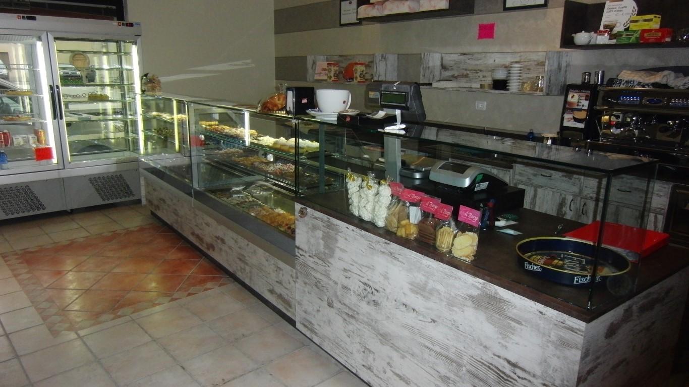 Arredo interno con banco frigo e banco dolci presso la Pasticceria Caffetteria Dolci Incontri a Zanica in provincia di Bergamo