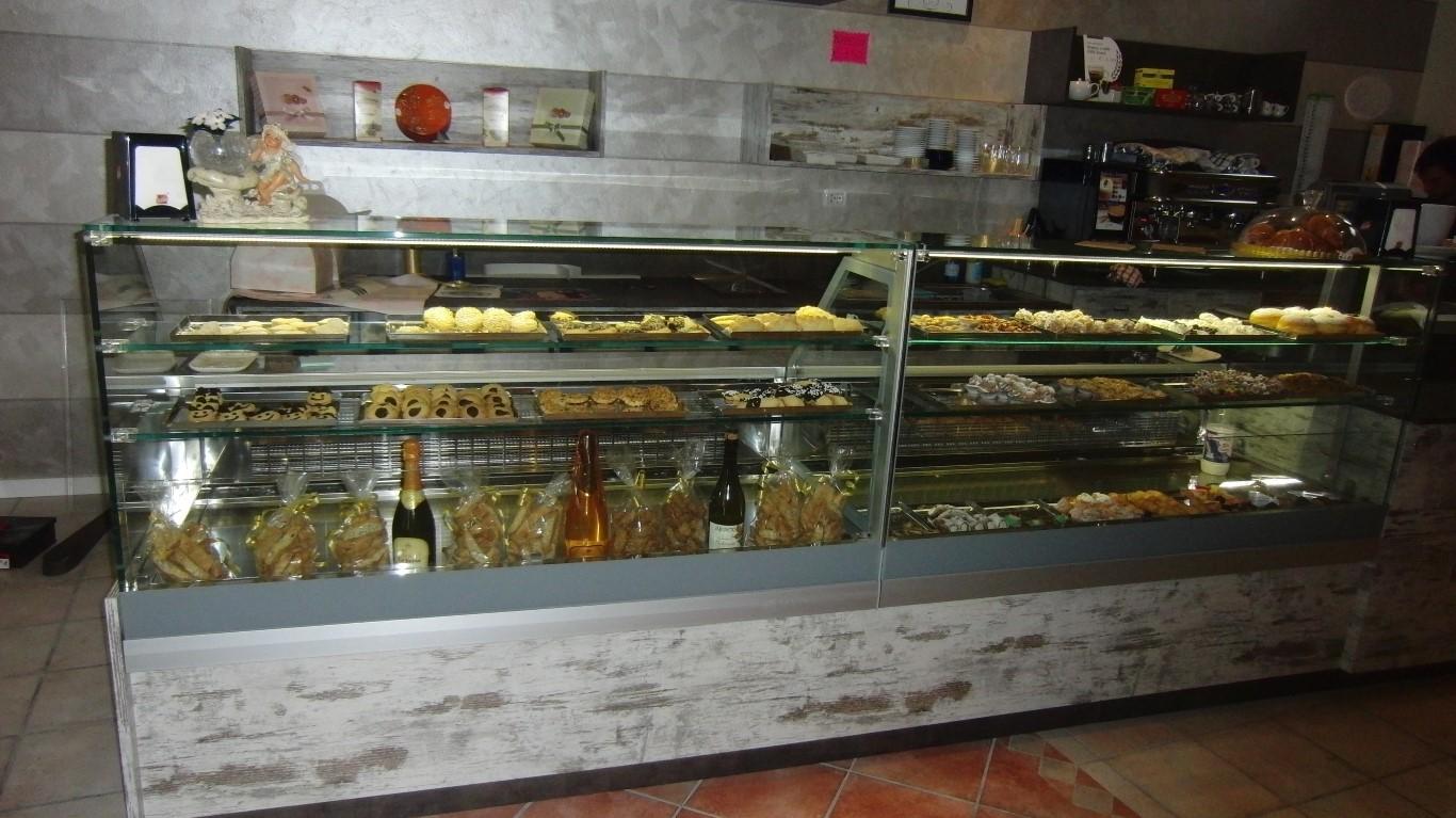 Bancone con dolci vari all'interno della Pasticceria Caffetteria Dolci Incontri a Zanica in provincia di Bergamo