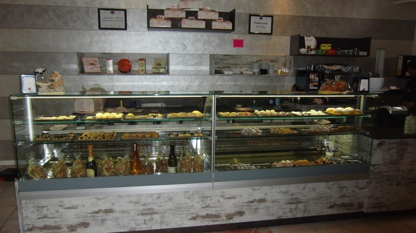 Foto del bancone dei dolci presso la Pasticceria Caffetteria Dolci Incontri a Zanica in provincia di Bergamo