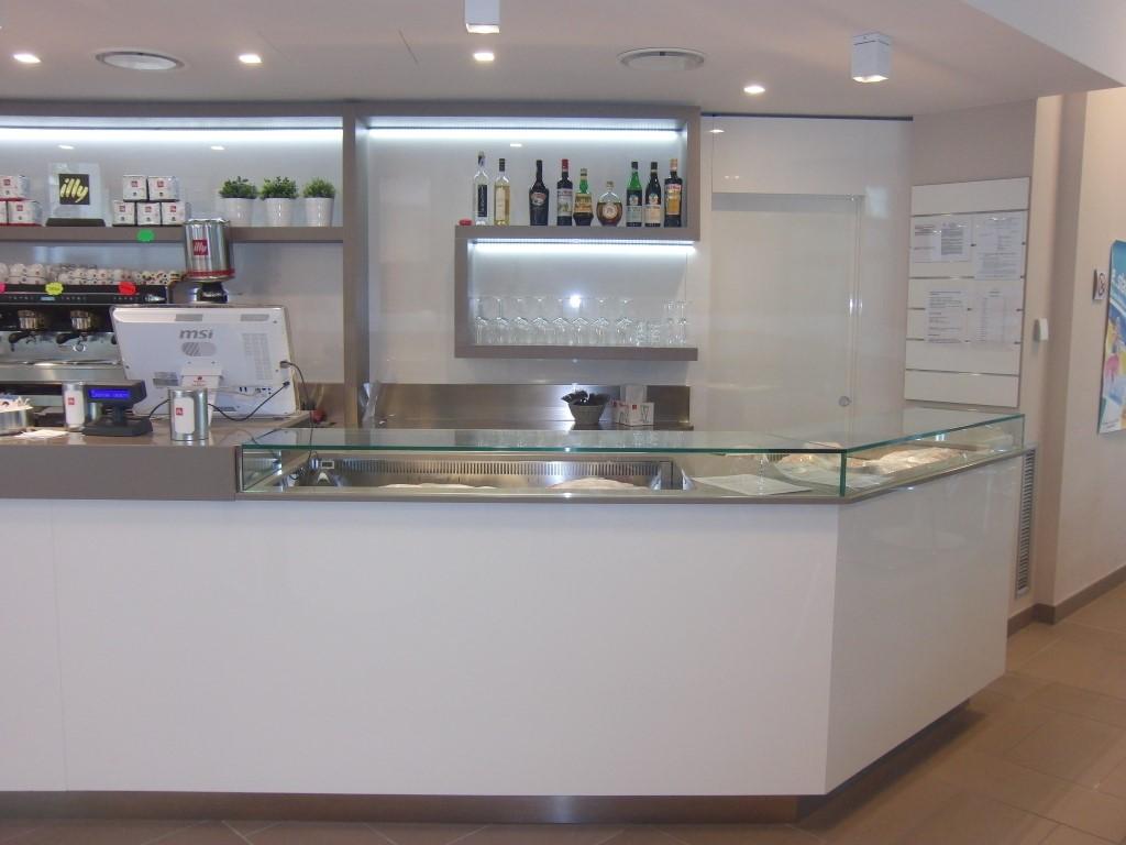 Particolare del bancone bar con vista sulla cassa presso le Piscine Comunali di Gorgonzola