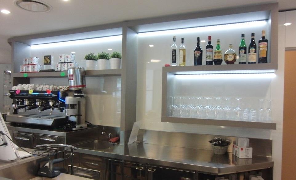 Angolo caffetteria con mensole, ideate per il nuovo bar presso le Piscine Comunali di Gorgonzola