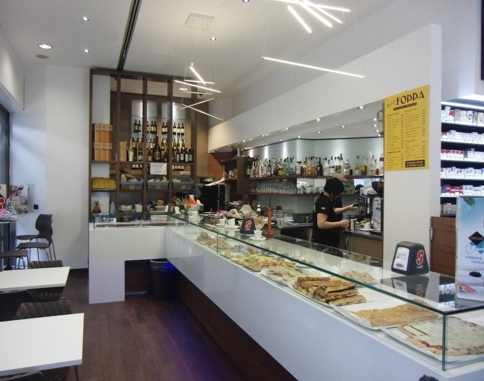 Arredamento interno e bancone bar caffetteria presso il Bar Tabacchi Foppa a Milano
