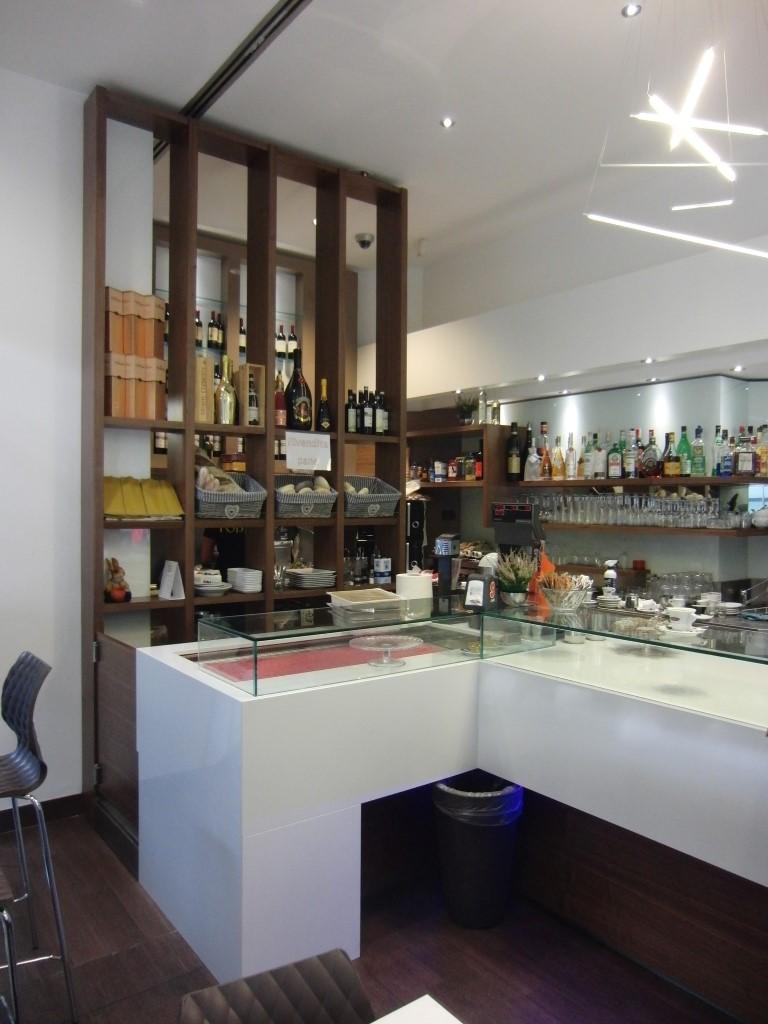 Foto di parte dell'arredo interno rinnovato per il Bar Tabacchi Foppa a Milano