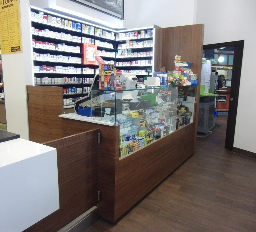 Foto dell'angolo tabacchi ed espositorie gomme e caramelle presso il Bar Tabacchi Foppa a Milano