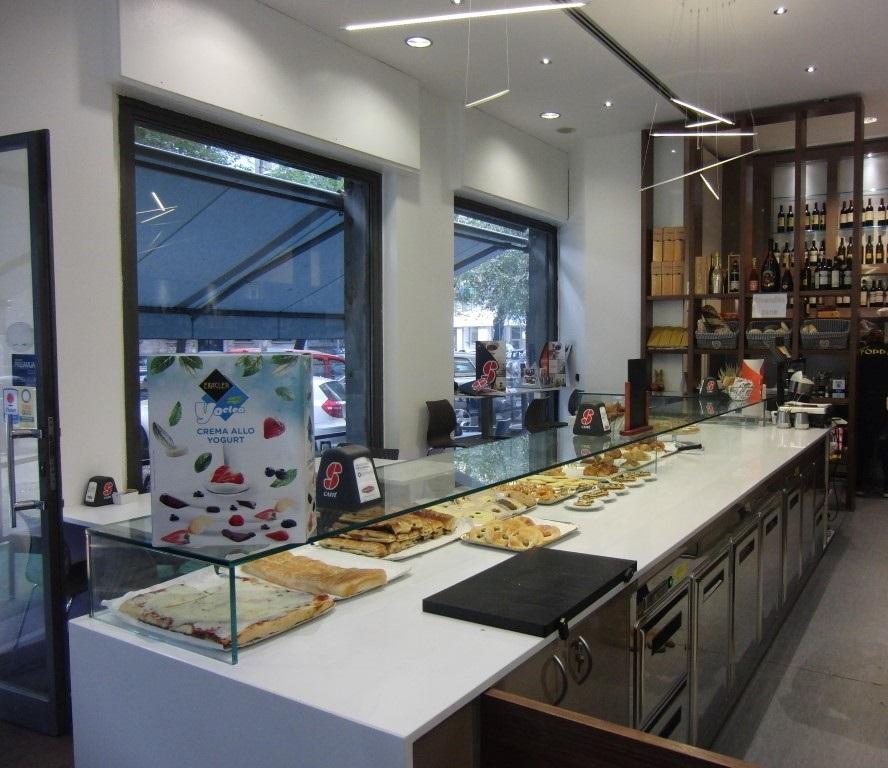 Bancone bar con prodotti da forno presso il Bar Tabacchi Foppa a Milano