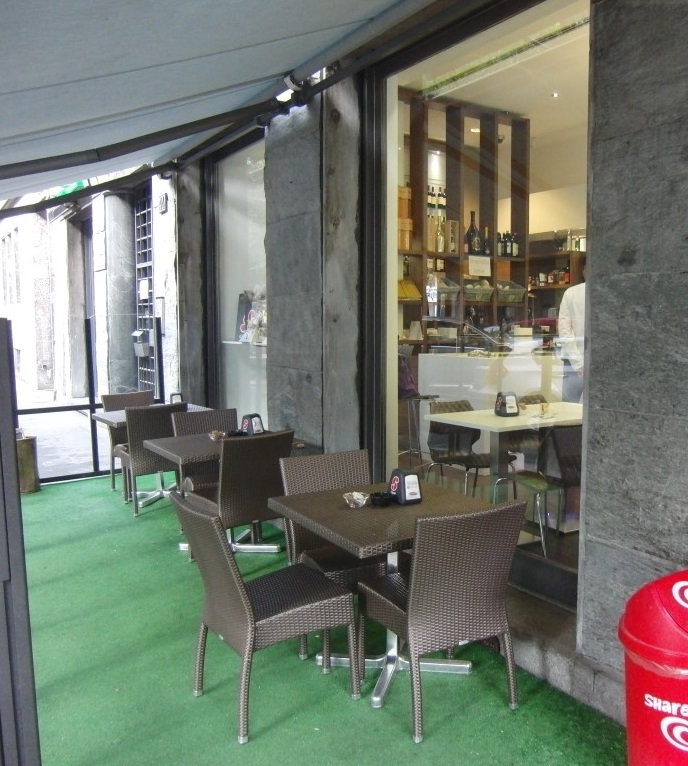 Foto dell'area esterna del Bar Tabacchi Foppa a Milano