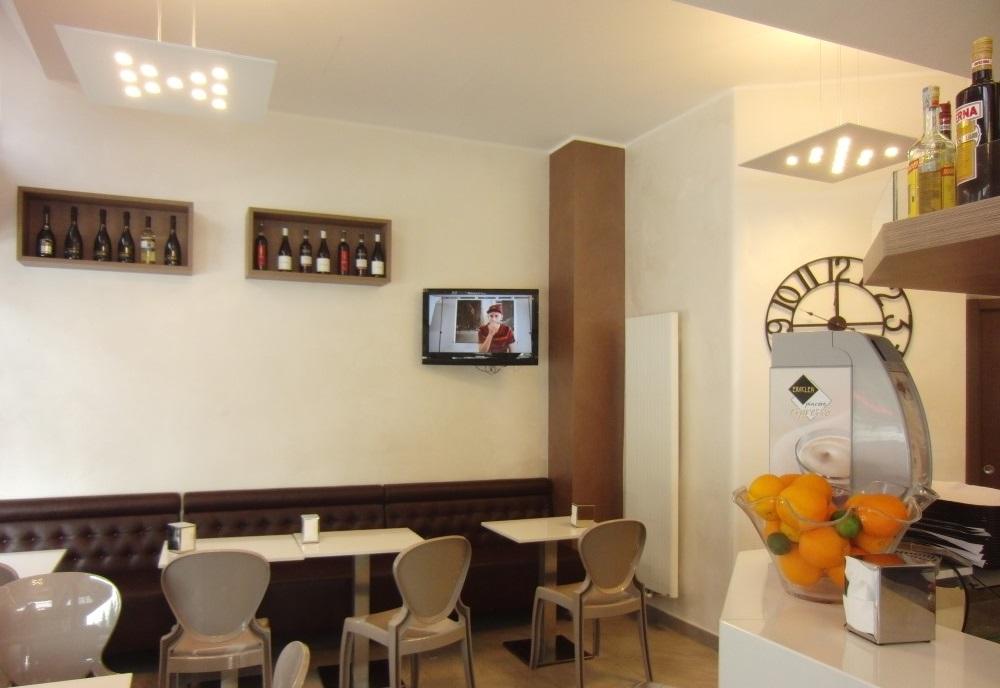 Particolare dell'arredo presente al Bar Tabacchi Barranca a Milano, con vista sui tavolini e sedie