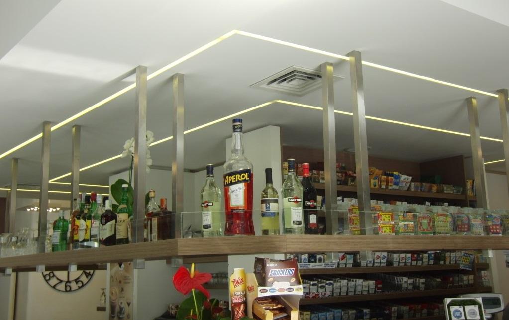 Foto della mensola con alcoolici scattata all'interno del Bar Tabacchi Barranca a Milano