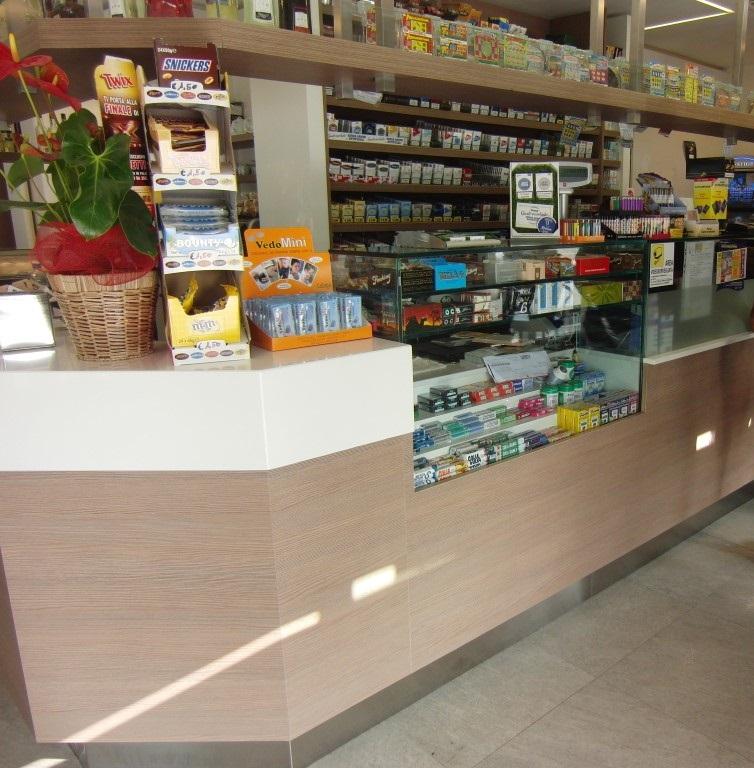 Foto dell'angolo tabacchi con espositore gomme presso il Bar Tabacchi Barranca a Milano