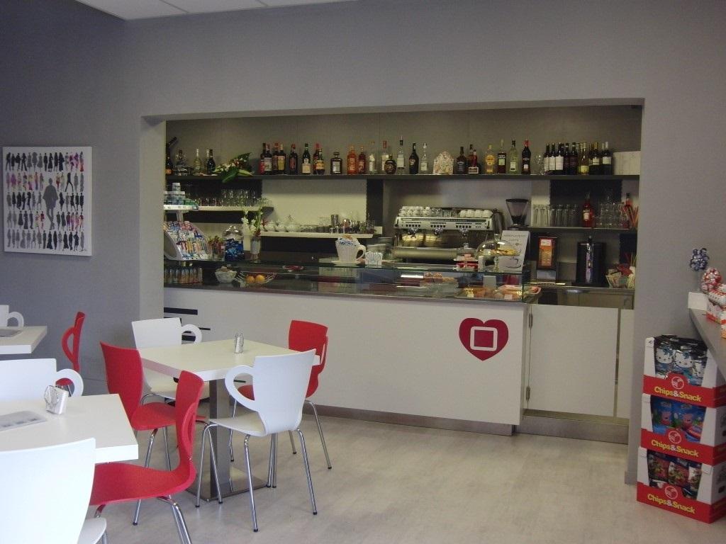 Foto scattata all'interno del Cogal Caffè ad Albino in Provincia di Bergamo, con evidenza del bancone del bar