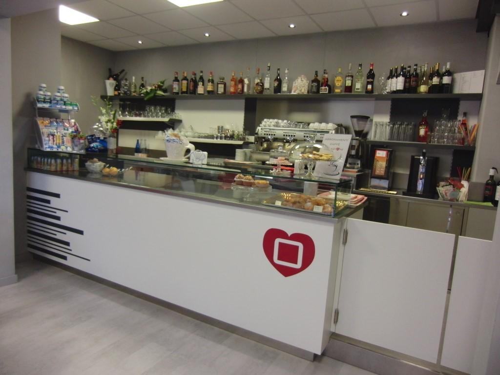 Angolo bar del Cogal Caffè ad Albino in Provincia di Bergamo, foto dell'intero bancone del bar