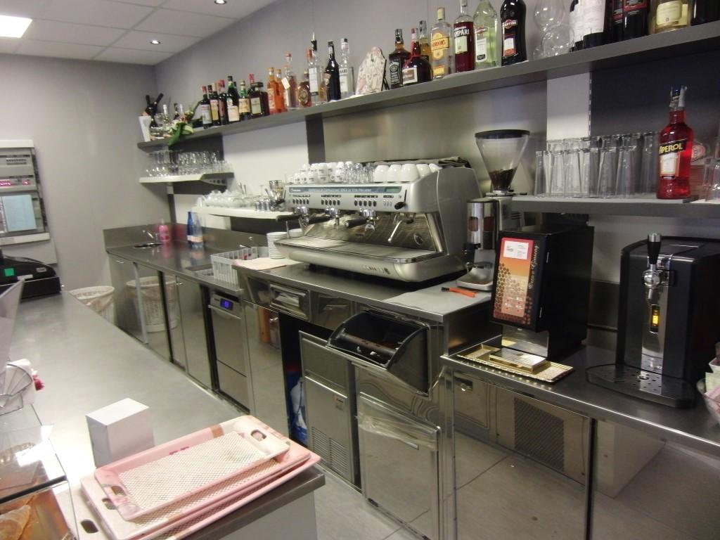 Foto scattata dietro al bancone del bar con particolare sulla zona caffetteria presso il Cogal Caffè ad Albino in Provincia di Bergamo
