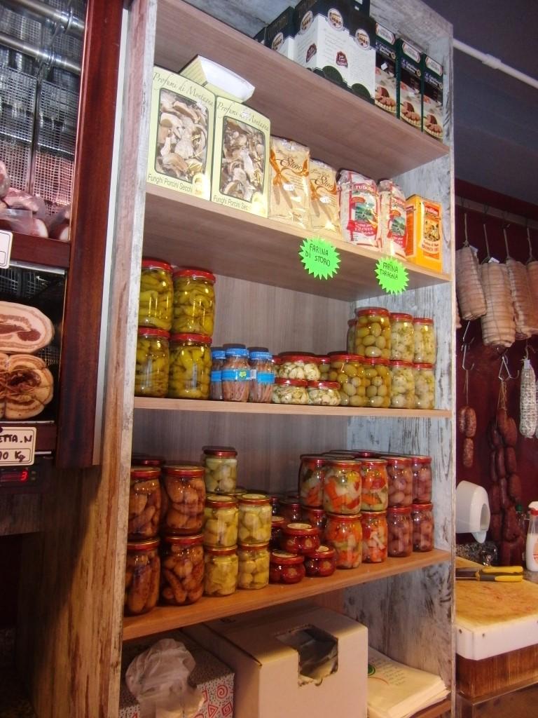 Esposizione di articoli alimentari presso la Macelleria polleria Invernizzi a Selino Basso, in provincia di Bergamo