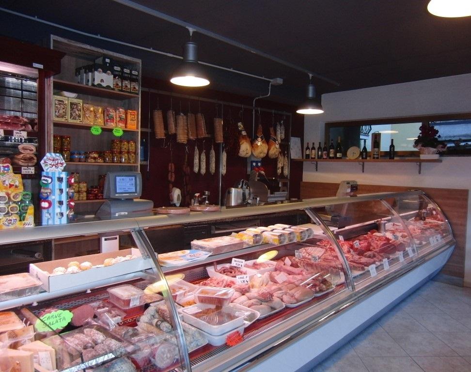 Foto dell'interno con particolare sulle carni esposte presso la Macelleria polleria Invernizzi a Selino Basso, in provincia di Bergamo