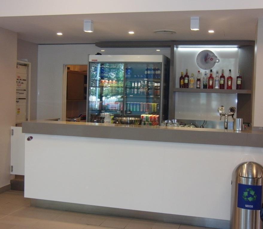 Particolare dell'area bar e realizzazione cocktail con frigo, installato presso le Piscine Comunali di Gorgonzola