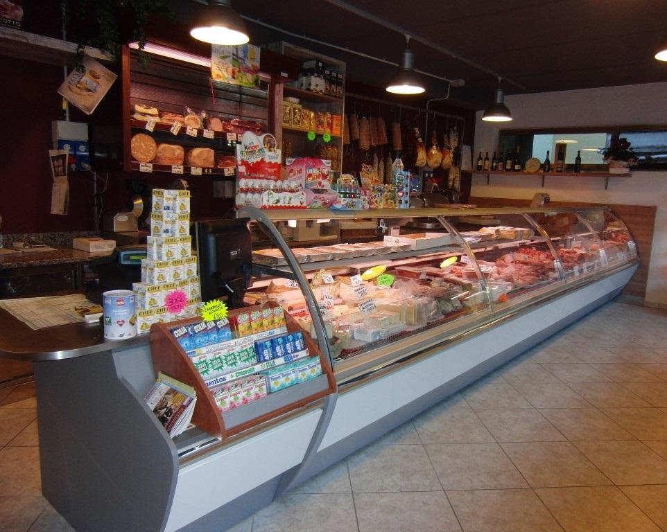 Visione d'insieme del bancone della Macelleria polleria Invernizzi a Selino Basso, in provincia di Bergamo
