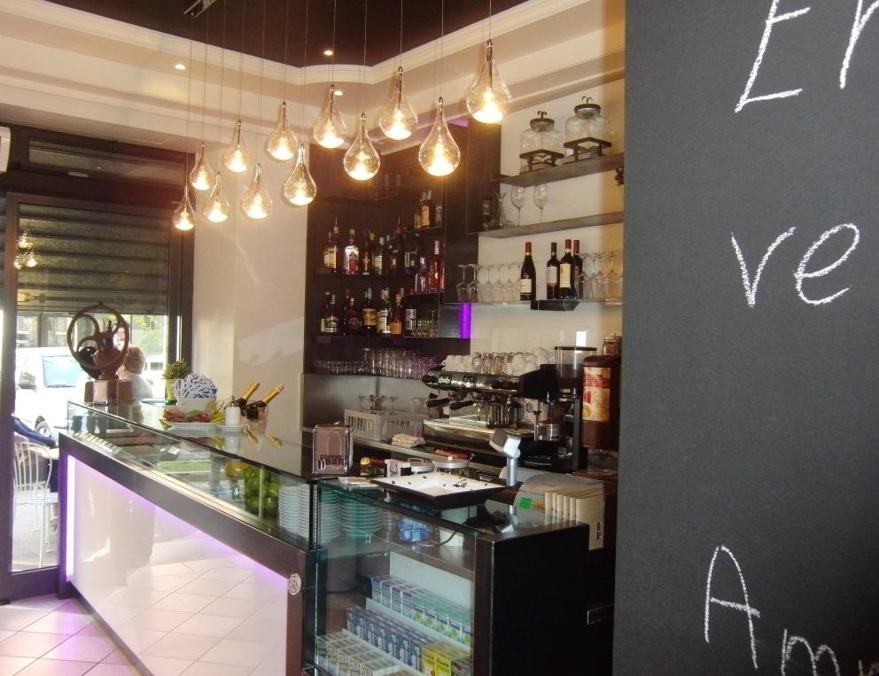 """Foto del banco con illuminazione presso il Bar tavola fredda """"La Caffettiera"""" a Pavia"""