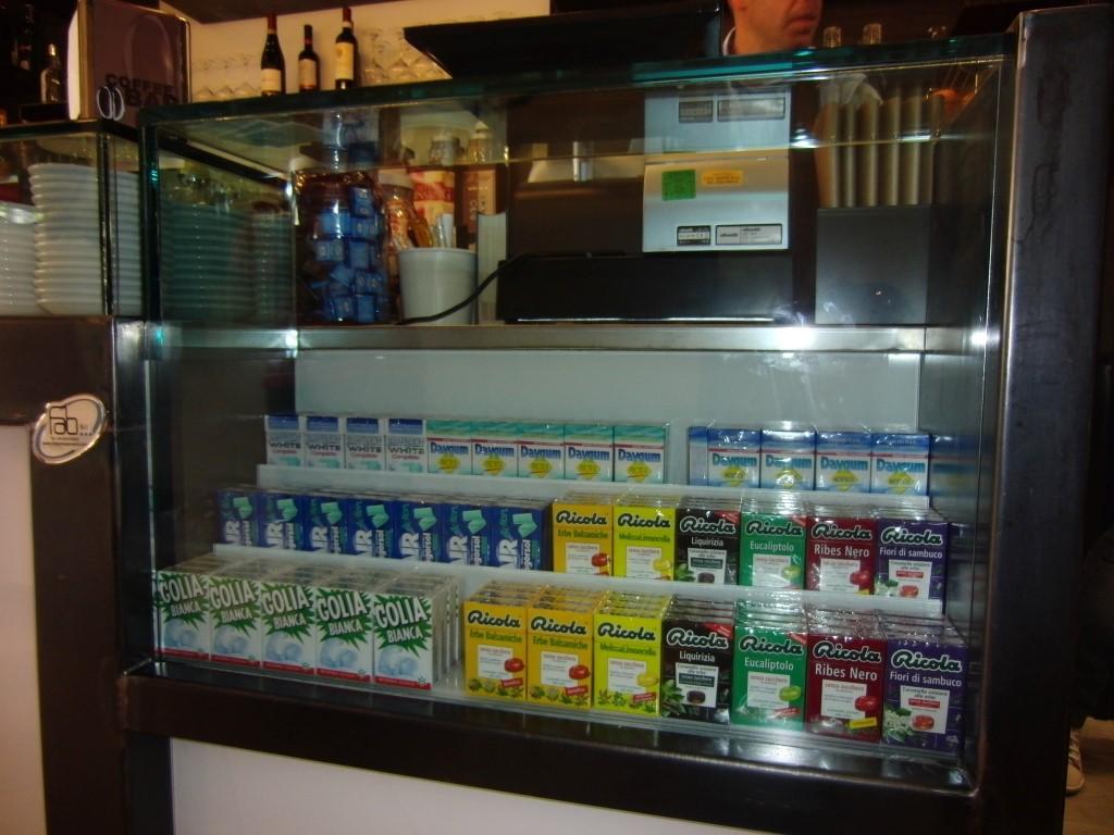 """Foto dell'espositore per caramelle posto al Bar tavola fredda """"La Caffettiera"""" a Pavia"""