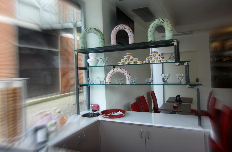 Espositore in ferro e vetro presso la Caffetteria Panificio Good Morning a Lissone, Brescia