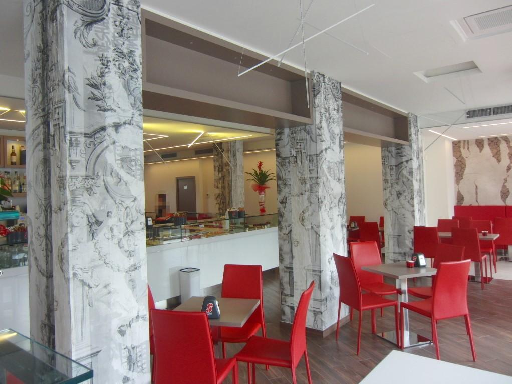 Foto degli interni con particolare sulla carta da parati Glamora alla Caffetteria Panificio Good Morning a Lissone, Brescia