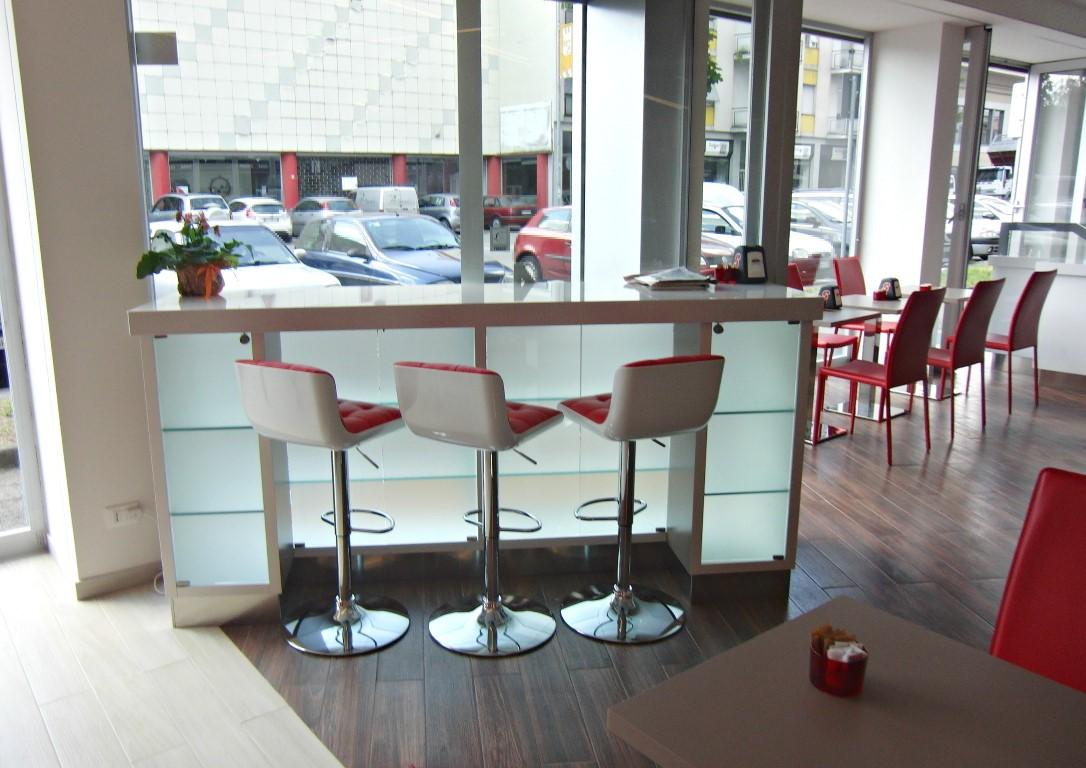 Foto della mensola per pasteggio con vetrina espositiva presso la Caffetteria Panificio Good Morning a Lissone, Brescia