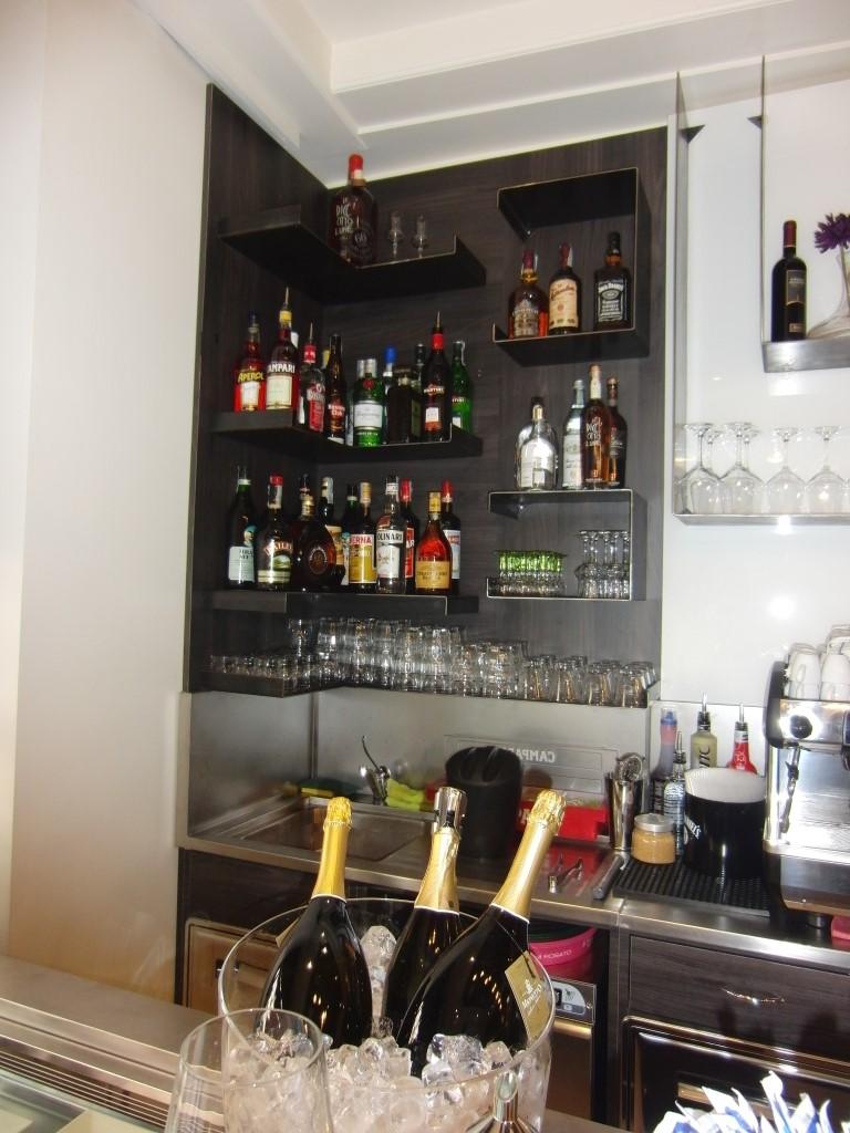 """Foto delle mensole in ferro grezzo installate presso il Bar tavola fredda """"La Caffettiera"""" a Pavia"""