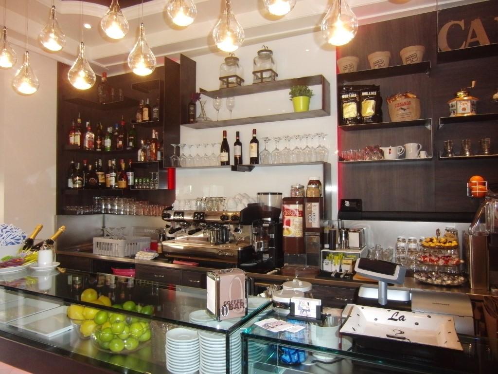 """Particolare del retrobanco presso il Bar tavola fredda """"La Caffettiera"""" a Pavia"""