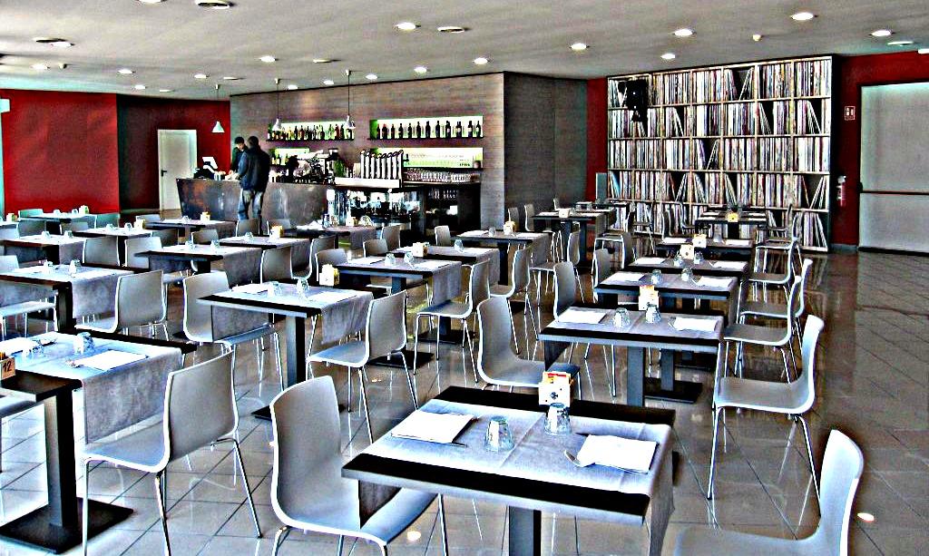 Foto panoramica della sala da pranzo scattata al Tabù Food & Music a Paderno Dugnano, Milano
