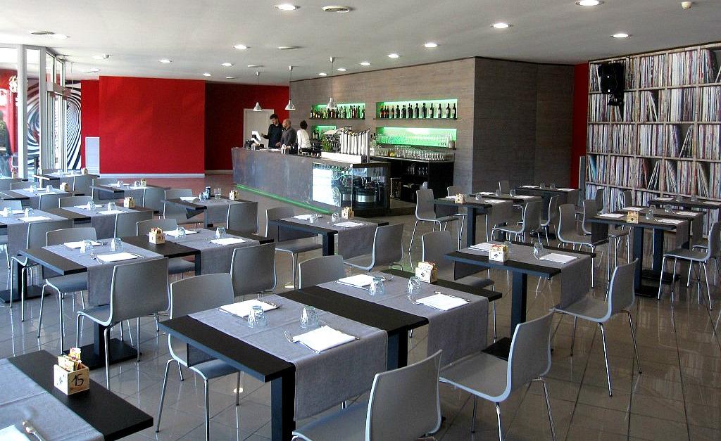 Bancone del bar e sala da pranzo del Tabù Food & Music a Paderno Dugnano, Milano