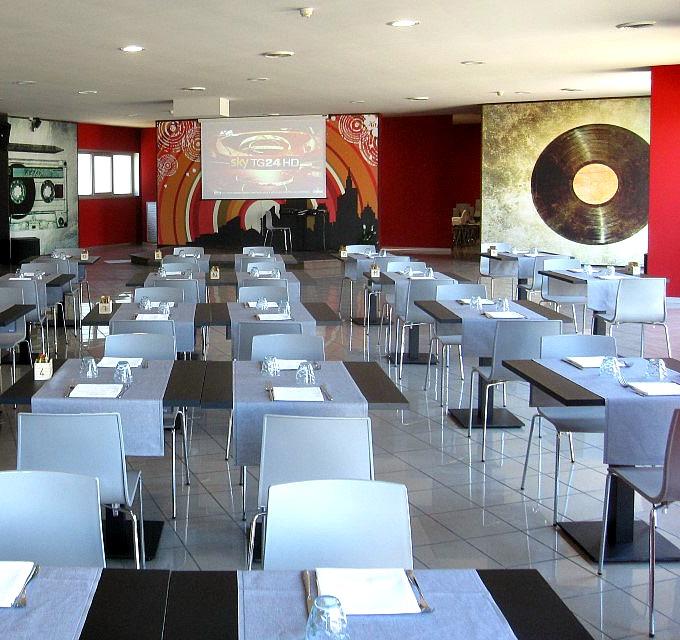 Particolare della sala da pranzo del Tabù Food & Music a Paderno Dugnano, Milano
