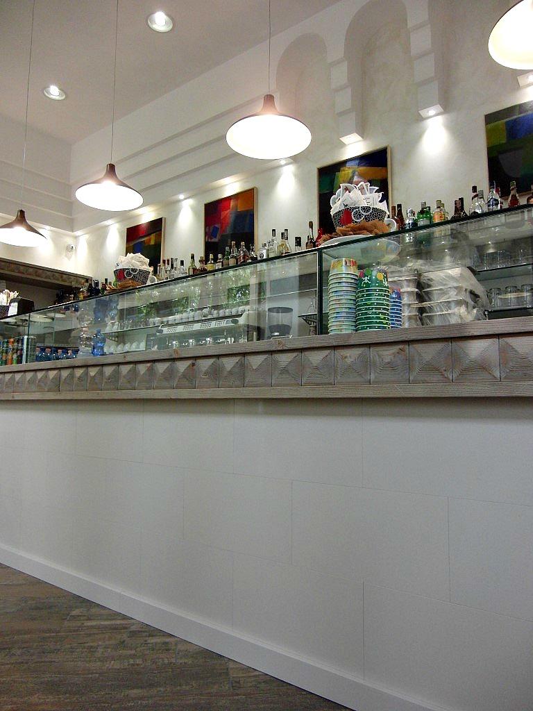 Foto del banco principale realizzato in quarzo bianco, presso il Wine Bar Cocktails, Cafè Olimpia a Milano